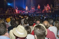 Semana Negra de Gijón.  Gijón se transforma en centro cultural multidisciplinar, donde la música, el arte, la magia y la literatura encuentran un lugar para la reflexión y cooperación. Es un gran festival al aire libre, con conciertos gratuitos, atracciones feriales, animaciones y un gran ambiente festivo permanente.