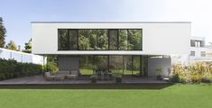 Ansicht West: Zum Wald hin öffnet sich das Gebäude mit raumhohen Verglasungen