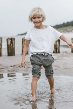 T-SHIRT KIDS bawełniana koszulka z krótkim rękawem dekolt w kształcie łódki surowe wykończenie na plecach charakterystyczny szew zewnętrzny rękaw krótszy niż w klasycznych koszulka. typu produkt unisex kolor: biały skład: 90% bawełna 10% elastan 60zł