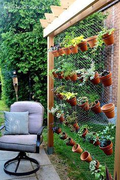 """<p>Hay muchísimas opciones para diseñar un jardín vertical para espacios externos. El blog <em><u><a rel=""""nofollow"""" href=""""http://akadesign.ca/diy-vertical-garden/"""">AKA Design</a></u></em> ofrece la genial idea de usar macetas y una estructura de rejas como soporte. Puedes combinar los tipos de plantas que desees. – <em>Foto: <a rel=""""nofollow"""" href=""""http://akadesign.ca/diy-vertical-garden/"""">akadesign.ca</a></em> </p>"""