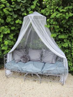 Diverted bed in outdoor sofa Porche Shabby Chic, Shabby Chic Porch, Shabby Chic Style, Outdoor Rooms, Outdoor Sofa, Outdoor Living, Outdoor Decor, Banco Exterior, Small Porch Decorating