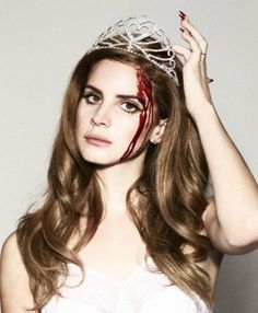 Lana del queen wearing a tiara // Lana Del Rey sweet serial killer