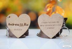 Porta-chaves em formato de coração com gravação dupla face, ideal para lembrança de casamento. Personalizado com nomes e data. Data, Place Cards, Place Card Holders, Organized Desk, Personalized Wedding, Key Fobs, Organizers