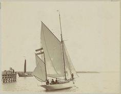 Anonymous   Zeilschip op het water bij een dukdalf, Anonymous, c. 1900 - c. 1910   Onderdeel van Familiealbum met onder meer foto's van Wijnhandel Kraaij & Co. Bordeaux-Amsterdam.