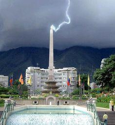 Caída de rayo en la Plaza Francia de la Urbanización Altamira en la zona este de  la ciudad de Caracas, (Venezuela) foto de William Rojas Yepez