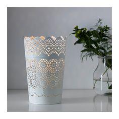 SKURAR Windlicht IKEA Der warme Schein der Kerzenflamme schimmert dekorativ durch das Stanzmuster des Windlichts.