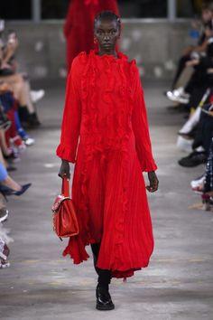 Valentino Pre-Fall 2019 Fashion Show Collection: See the complete Valentino Pre-Fall 2019 collection. Look 3 Red Fashion, Star Fashion, Runway Fashion, Fashion Brands, Ladies Fashion, Valentino Women, High End Fashion, Fashion Show Collection, Beautiful Outfits