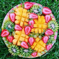 Isn't fruit the best? I love starting my day with a pretty fruit platter. Remember that pretty food makes pretty people 😉 I have another busy day today. Healthy Fruits, Fruits And Veggies, Healthy Snacks, Healthy Eating, Breakfast Healthy, Breakfast Fruit, Low Calorie Smoothies, Fruit Smoothies, Silvester Party