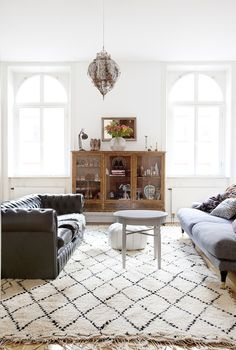 I'm in love with the intimacy of this space created by the two opposing sofas. Gorgeous Moroccan rug & lantern.