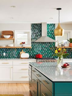 Generous Work Surface In Kitchen Different types of vegetables are often used to prepare delicious casseroles, colorful stir-fry and wok dishes. Home Decor Kitchen, Kitchen Interior, New Kitchen, Home Kitchens, Medium Kitchen, Gold Interior, Kitchen Furniture, Kitchen Tiles, Green Tile Backsplash
