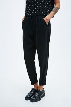 Cooperative – Schmal geschnittene Hose in Schwarz - Urban Outfitters