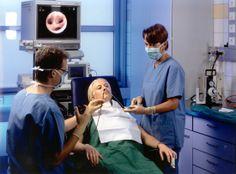 Lungenspiegelung. Bei der Bronchoskopie, also der Untersuchung der Luftröhre, der Hauptbronchien und der weiteren Verzweigungen in Lunge hinein, werden nacheinander alle genannten Abschnitte mit dem Endoskop von innen betrachtet. Das Endoskop besteht aus einem ca. 7mm dicken in alle Richtungen steuerbaren Schlauch an dessen Spitze eine Kamera sitzt, dessen Bilder an einem Monitor angezeigt werden. #Gesundheit
