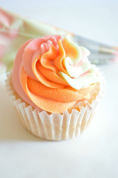 A tutorial on how to swirl together multiple frostings for decorating cupcakes. ~ houseofyumm