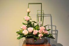 FU #30 Hồng cho những nàng yêu thích sự lãng mạn Gía: 350,000 đ Modern Floral Arrangements, Beautiful Flower Arrangements, Table Arrangements, Beautiful Flowers, Ikebana, Easter Flowers, Altar Decorations, Carol's Daughter, Floral Design