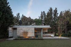 Ein Ferienhaus fernab der Heimat – ein Traum für viele Familien. In Buenos Aires baute das Architekturbüro Besonías Almeida einer Familie den ersehnten Rückzugsort. Allerdings nicht an einem Ferienort, sondern im Garten der Hausherren.