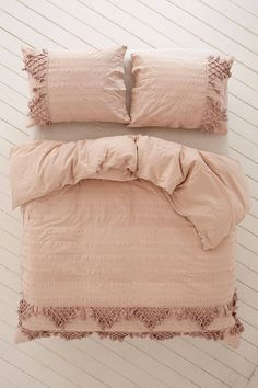 Find everything you need for your bed at UO. Shop duvet covers, quilts, comforters and bedding sets in floral, boho & tie dye patterns! Luxury Duvet Covers, Luxury Bedding Sets, Bed Duvet Covers, Duvet Covers Urban Outfitters, College Bedding, Cheap Bed Sheets, Bed Linen Design, Cool Beds, Bed Styling