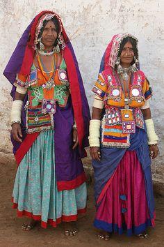 Vrouwen van de Banjara stam in Raikal. Kijk voor meer reisinspiratie op www.nativetravel.nl