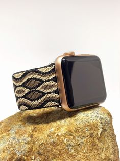 How one tiny mineral works to be so accurate Ever questions how the quartz watch got its name? It is in fact powered by the quartz crystal, a mineral most carefully looking like the composition of … Apple Watch Fitness, Apple Watch Wristbands, Apple Watch Accessories, Black Apple, Wearable Device, Beautiful Watches, Apple Watch Bands, Digital Watch, Quartz Watch