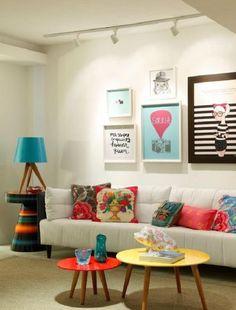 Sala pequena com quadros
