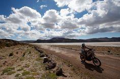 El argentino Alberto Santiago Ontiveros, del equipo Yamaha, compitiendo en la octava etapa entre Uyuni (Bolivia) y Calama (Chile). Dean Mou...
