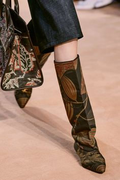 Salvatore Ferragamo Fall 2020 Ready-to-Wear Fashion Show - Vogue Salvatore Ferragamo, Vogue Paris, American Casual, Leather Skin, Fall Shoes, Mannequins, Fashion Show, Fashion Trends, Ready To Wear