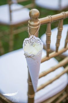 All about details... Gold&White Chiavari chairs with a little attention full of petals to celebrate the newlyweds! Picture from Paloma Cruz <3 Coco White Dreams
