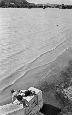 Kozák Lajos Two boys watching the water flowing away from the Margaret Bridge, 1930. Thanks to wonderfulambiguity