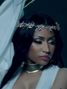 nicki minaj looking like the queen she is.