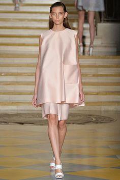 Emilia Wickstead Spring 2015 RTW – Runway – Vogue Shimmery Blush Satin + Trapezoid Tunic + Bermuda Shorts = Simple Chic #blushfashion #lfw