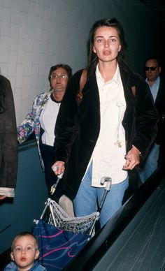 Model Paulina Porizkova and son Jonathan Ocasek being photographed on November 20 1994 at the Los Angeles International Airport in Los Angeles. 90s Fashion, Fashion Models, Womens Fashion, Fashion Trends, Pretty People, Beautiful People, Paulina Porizkova, Cover Girl Makeup, Real Model