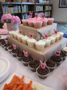 clever way to display cupcakes if you don't have one of those fancy smancy holders!