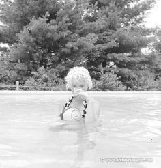 Milton Greene, Marilyn Monroe, swimming pool sitting