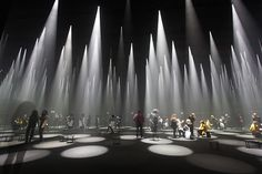 これまでにもミラノサローネでスナーキテクチャーやnendoとのコラボレーションで印象的な発表を行ってきたアパレルブランドの〈COS〉。今年は建築家の藤本壮介による「Visit the Forest of Light」と題したインスタレーションで、ミラノ市内の会場に光と音で作り上げた森を出現させた。 Museum Architecture, Light Architecture, Concept Architecture, Interactive Installation, Light Installation, Interactive Design, Stage Lighting Design, Stage Set Design, Blitz Design