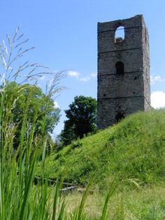 Ruins of c. 12th-century tower in Stołpie, eastern Poland.  Photography © Rafał H. Szostak, via cudaswiata.pl