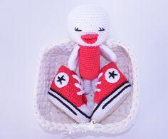 Canastilla zapatillas estilo converse & sonajero crochet.regalo bebé,conjunto bebé