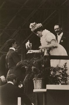 Dorando Pietri receiving gold cup from Queen Alexandra, 1908