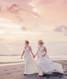 I think most of us who plan beach weddings do so imagining a breezy, relaxed affair. Basically the end scene from 27 Dresses, minus all the bridesmaids. In reality, planning a wedding in a non-traditional venue that also happens to be open to the public is anything but breezy........