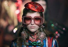 Mehr ist mehr: Asia-Chic trifft auf Strass-Sonnenbrille in XL, die zu den...