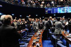 O Senado aprovou em segundo turno, praticamente por unanimidade, com 69 votos e uma abstenção, uma proposta desfigurada de emenda constitucional (PEC) que acaba com o foro privilegiado por prerroga…