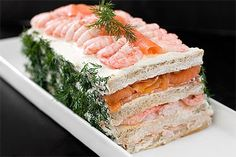 Sandwich cake with salmon and shrimp. Even replace bread with whole grain, wraps, or veggies! Sandwhich Cake, Sandwich Torte, Sandwiches, Tortillas Veganas, Salmon And Shrimp, Swedish Recipes, Snacks, Savoury Cake, Creative Food