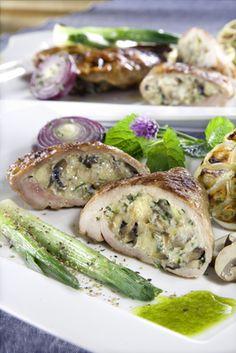 Unser liebstes Sonntagsessen! Zarte Kalbsschnitzel werden mit einer Mischung aus Pilzen, Zwiebeln, Brotwürfeln, QimiQ Classic und Petersilie gefüllt und bei mittlerer Hitze gegrillt. Dank QimiQ Classic bleibt die Füllung länger saftig.