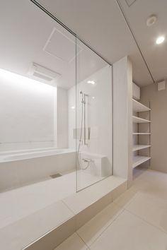 洗面/バスルーム つながり/一体感 タイル貼壁 タイル貼床 ニッチ棚 塗装仕上げ壁 浴室ガラスドア CO+ GALLERY(コプラスギャラリー) | コーポラティブハウスの株式会社コプラス