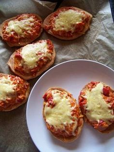 Pizza cups: We used mountain bread, pressed them into mini muffin trays and placed our pizza ingredients inside them then oven baked! Lchf, Keto, Easy Snacks, Easy Meals, Low Carb High Fat, Pizza Cups, Individual Pies, Pizza Ingredients, Low Carb Pizza