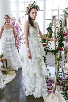 Das sind die schönsten Brautkleider-Trends 2018! Transparente Stoffe, viel Spitze, 3D-Details und ausladende Volants.