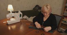 A kézműves nő a függönyzsinórhoz hozzávarrt egy darab anyagot… Én is ilyen kiegészítőre vágytam! Sewing Machine Thread, Wooden Bar, Roman Blinds, Curtain Fabric, Curtains, Wooden Blocks, Retro, Hand Sewing, Home