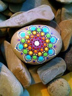 Großer handbemalter Beach Stein  Regenbogen von P4MirandaPitrone