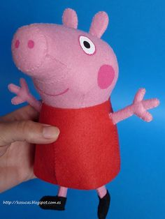 Peppa is a well-loved little character by many children, and she's been popping up in crafts everywhere! Take a look at some of the best peppa pig projects. Molde Peppa Pig, Peppa Pig Doll, Cumple Peppa Pig, Peppa Pig Baby, Peppa Big, Felt Diy, Felt Crafts, Felt Dolls, Doll Toys