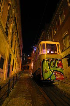 Elevador di notte http://blog.zingarate.com/mondovagando/lisbona-introduzione/