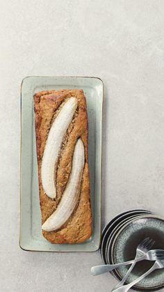 Gezond bananenbrood: het bestaat én het is nog lekker ook! Voor de basis gebruik je amandelmeel en speltmeel. Verder gaan er naast de bananen ook nog noten en dadels in dit gezonde bakrecept zonder toegevoegde suikers. Het perfecte healthy tussendoor-tje! Check snel dit recept en meer gezonde recepten op AH.nl/Allerhande. #bananenbrood #bananabread #gezondbananenbrood #gezondrecept #gezond #recept #ontbijt #tussendoortje #bakrecept #bakken #Allerhande Tasty Videos, Healthy Recipe Videos, Food Videos, Healthy Summer Recipes, Veggie Snacks, Healthy Snacks, Snack Recipes, Healthy Menu, Cute Food