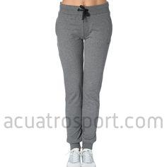 Pantalon de chandal Only Play modelo lina sweat pants en color gris para mujer.   Cintura elástica y con cordón para una sujeción perfecta.   Detalles del logo y nombre de la marca en la parte delantera y posterior.   Dos bolsillo en la parte delantera.   Composición: 100% Algodón.